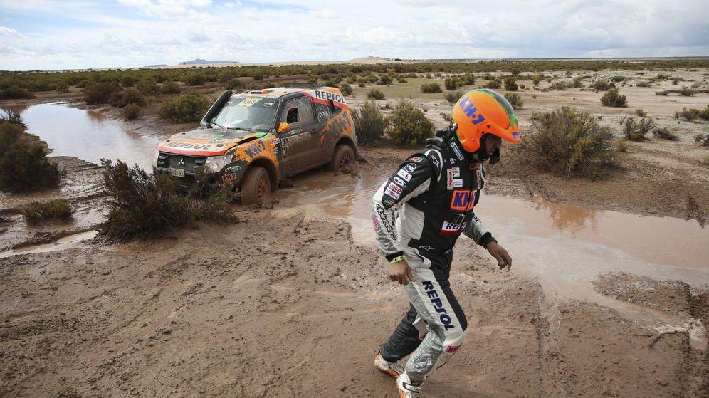 Foto: l Isidre Esteve y su copiloto Txema Villalobos, de Mitsubishi, este lunes.