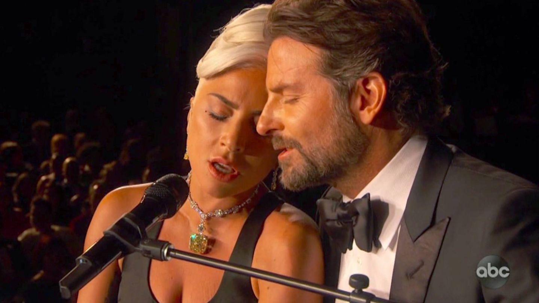Lady Gaga y Bradley Cooper durante la actuación. (ABC TV)