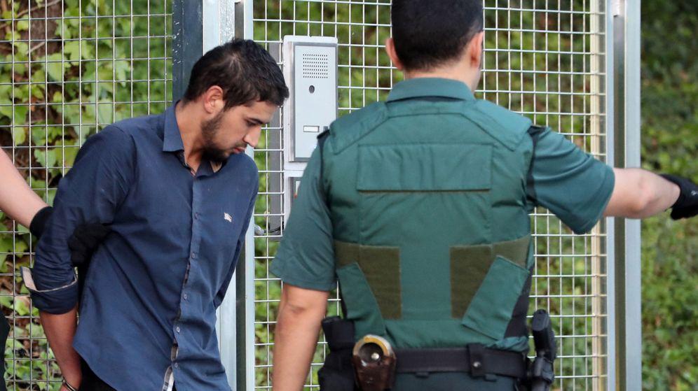 Foto: Salah El Karib, de 34 años, que regenta un locutorio. (EFE)