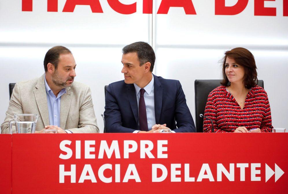 Foto: Pedro Sánchez, con sus números dos y tres, Adriana Lastra y José Luis Ábalos, este 17 de mayo. (EFE)