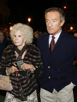 Foto: La duquesa de Alba agota a su novio Alfonso Díez