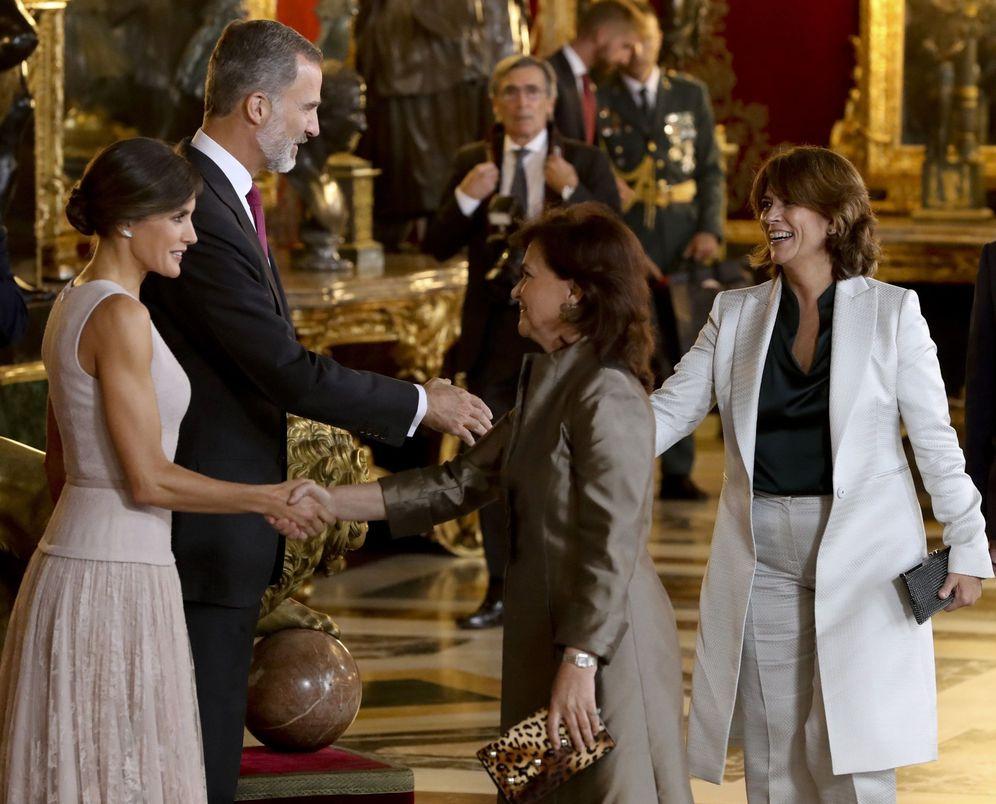 Foto: La vicepresidenta, Carmen Calvo, y la ministra de Justicia, Dolores Delgado, saludan a los Reyes en la recepción del 12-O en el Palacio Real. (EFE)