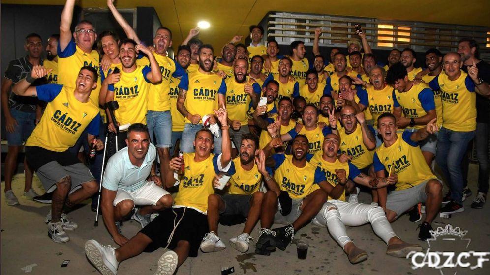 Foto: La plantilla del Cádiz celebra el ascenso a la Primera división. (foto @Cadiz_CF)