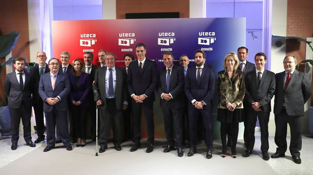 Foto: Todos los miembros de Uteca, junto a Pedro Sánchez (c), presidente del Gobierno. (EFE)