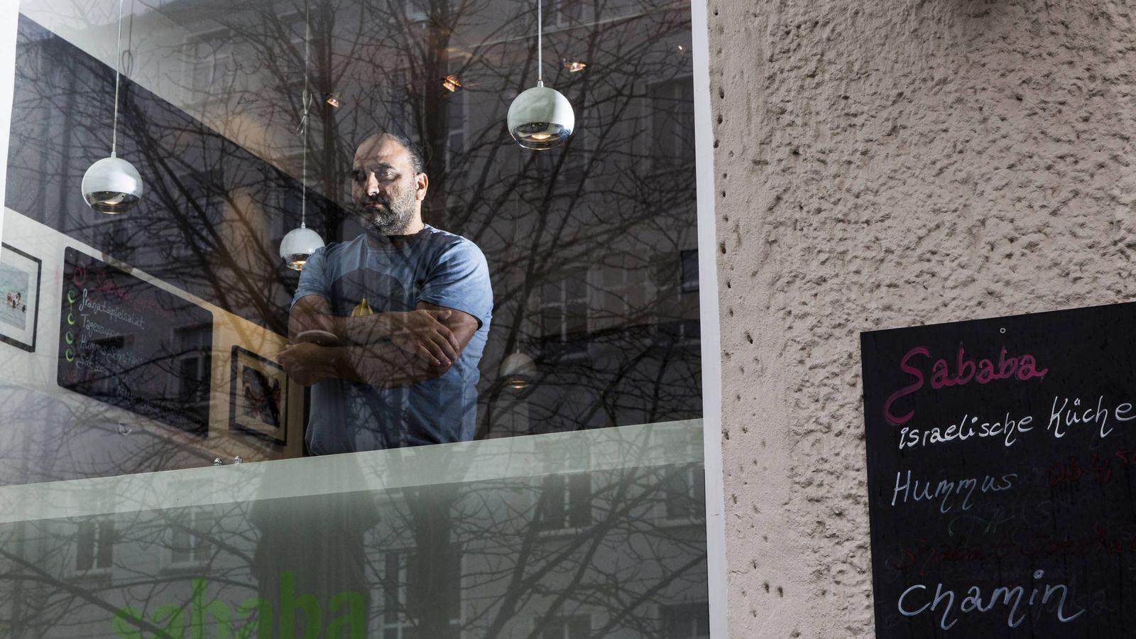 Foto: Ze'er Avrahami, dueño de un café, posa en la ventana en Berlín. (Reuters)