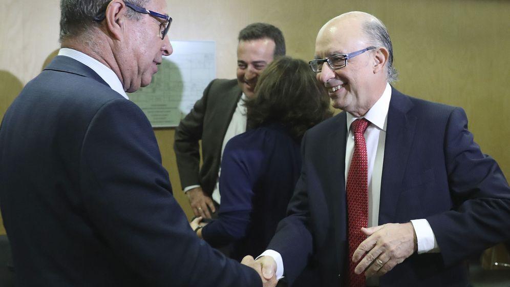 Foto: El ministro de Hacienda, Cristóbal Montoro, saluda al consejero de Aragón, Fernando Gimeno, en el inicio del CPFF. (Efe)