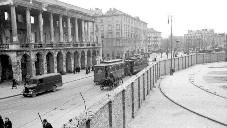 Vista del muro del gueto de Varsovia en 1941.