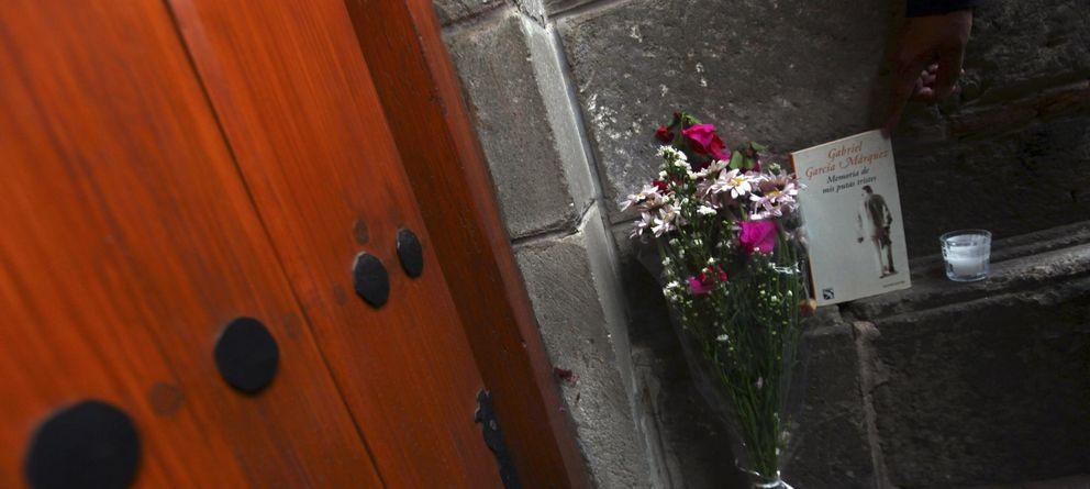 Foto: Flores y el libro 'Memorias de mis putas tristes'. (Reuters)