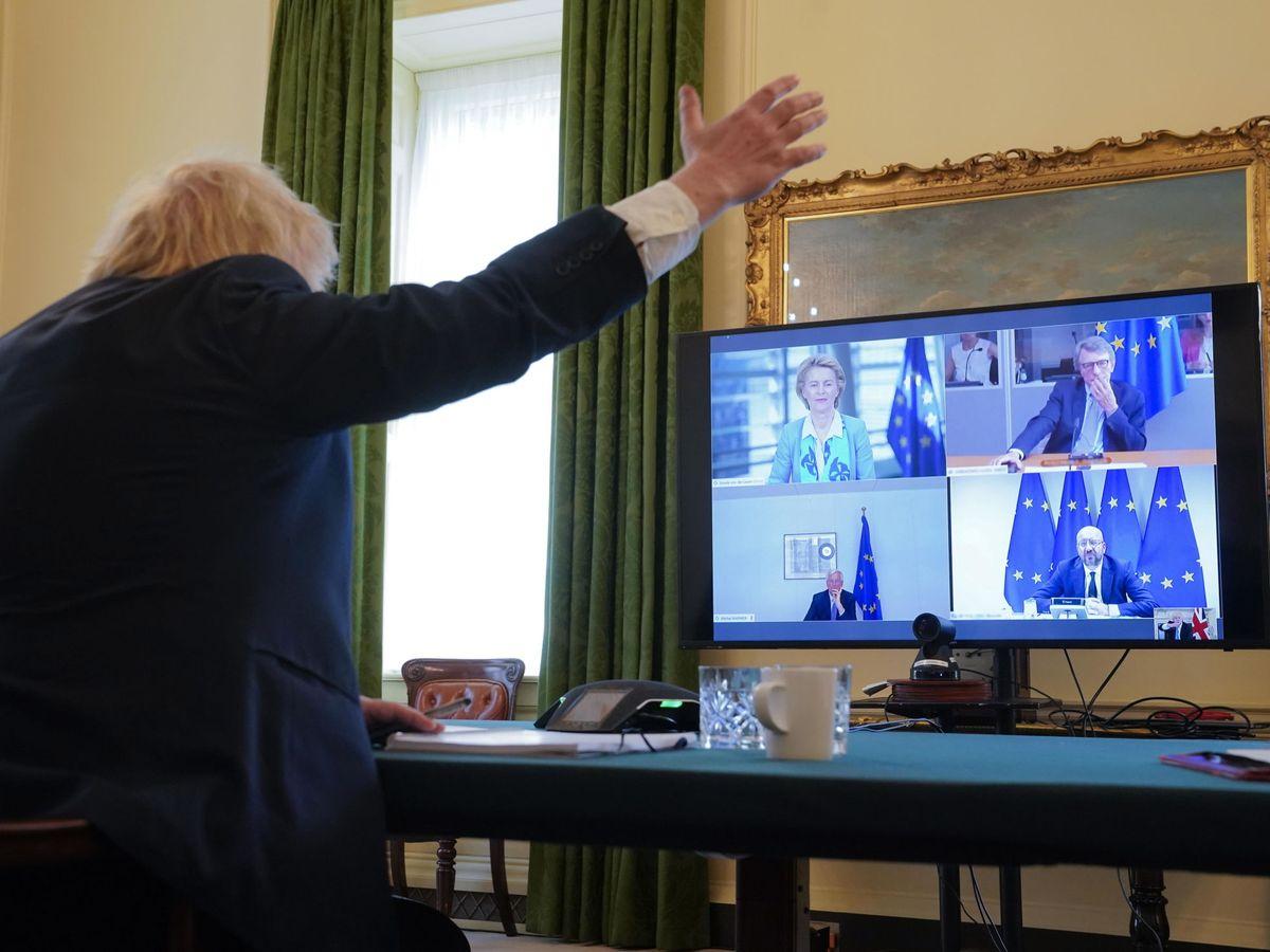 Foto: El primer ministro británico, Boris Johnson, gesticula frente los líderes comunitarios. (EFE)