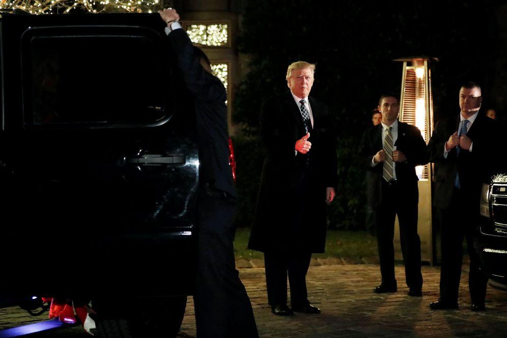 Foto: El presidente electo de EEUU, Donald Trump, saluda a la prensa a su llegada a una fiesta en Nueva York, el 3 de diciembre (Reuters).