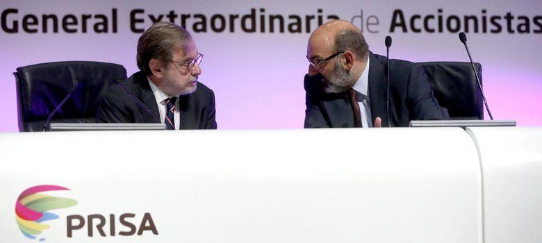 Foto: El presidente del Grupo Prisa, Juan Luis Cebrián, conversa con el consejero delegado, Fernando Abril-Martorell (d), durante la Junta General de Accionistas (EFE