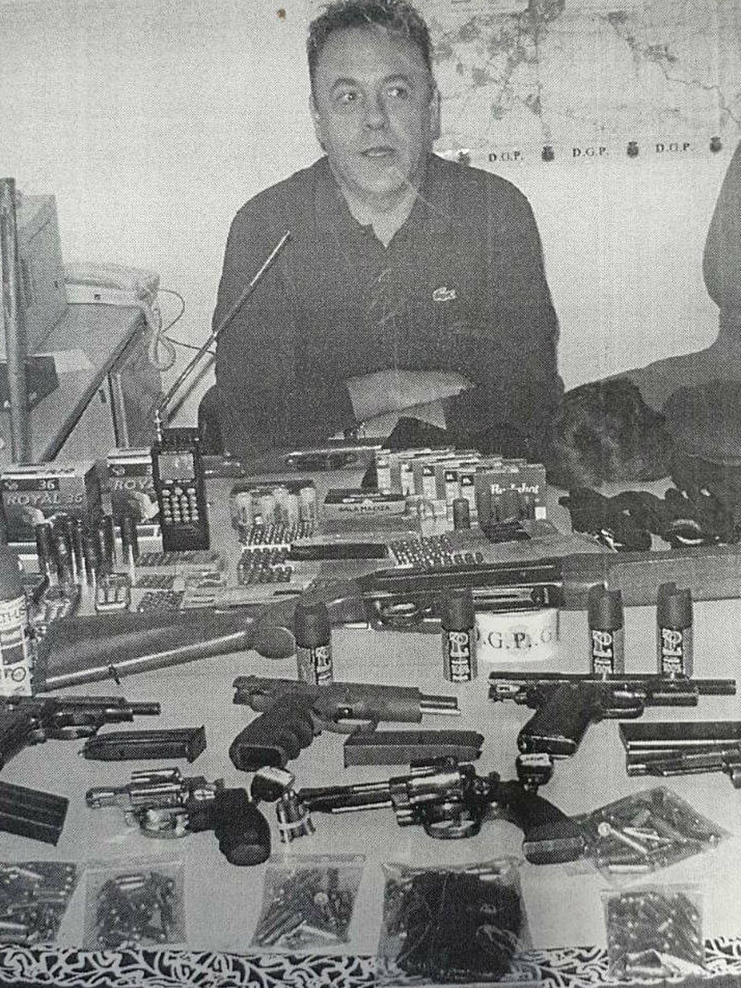 El inspector Francisco Mangas después de una incautación de armas en los 90.