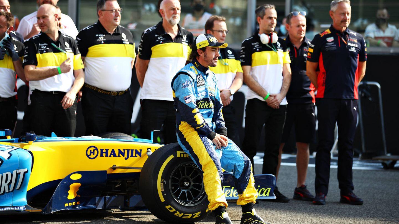 Alonso, posando con el monoplaza con el que conseguió el Mundial de 2005. (Getty)