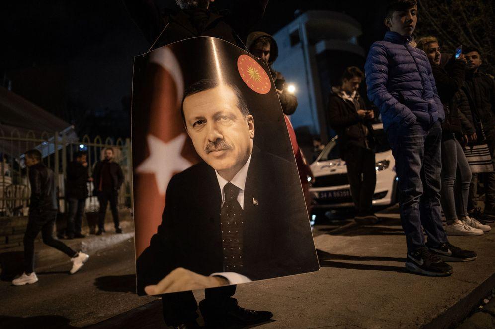 Foto: Simpatizantes del AKP con un cartel de Erdogan mientras esperan los resultados de las elecciones, en Estambul. (Reuters)