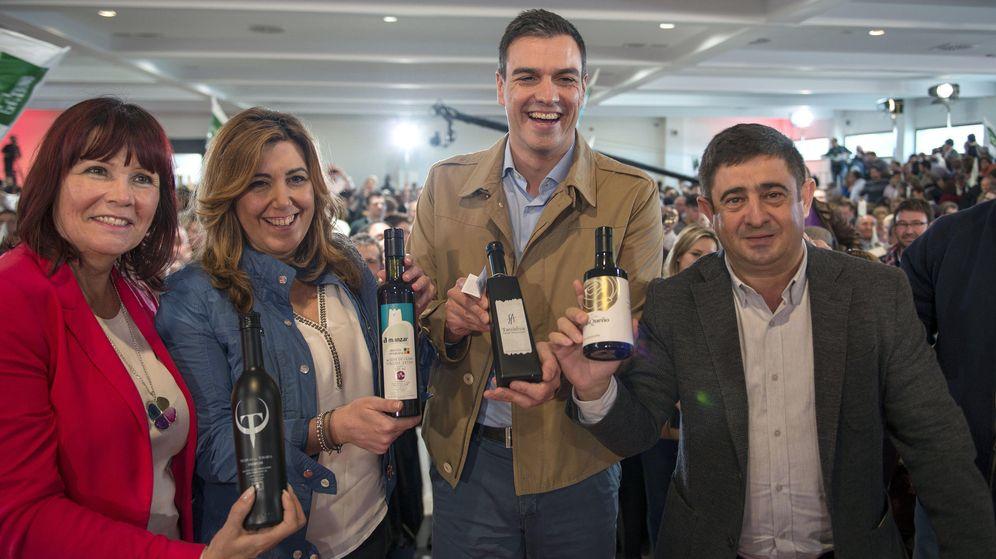 Foto: Susana Díaz y Pedro Sánchez posan con botellas de aceite con Micaela Navarro y Francisco Reyes en Jaén. (EFE)