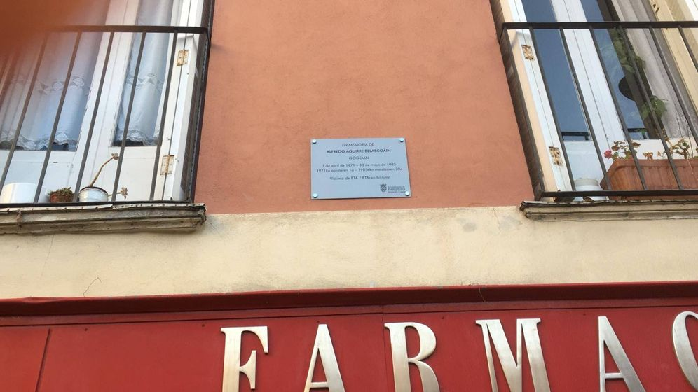 Foto: Placa en memoria de la víctima de ETA Alfredo Aguirre, en el lugar donde este niño de 13 años fue asesinado en 1985. (EC)