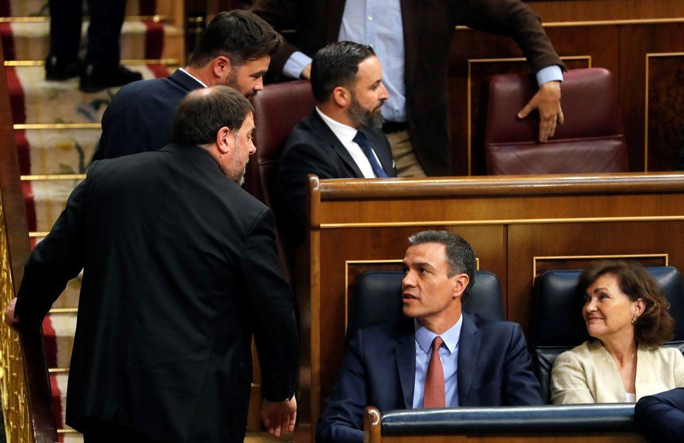 Foto: Oriol Junqueras, líder de ERC, se dirige a Pedro Sánchez y Carmen Calvo en la sesión constitutiva del Congreso de la XIII Legislatura, el pasado 21 de mayo. (EFE)