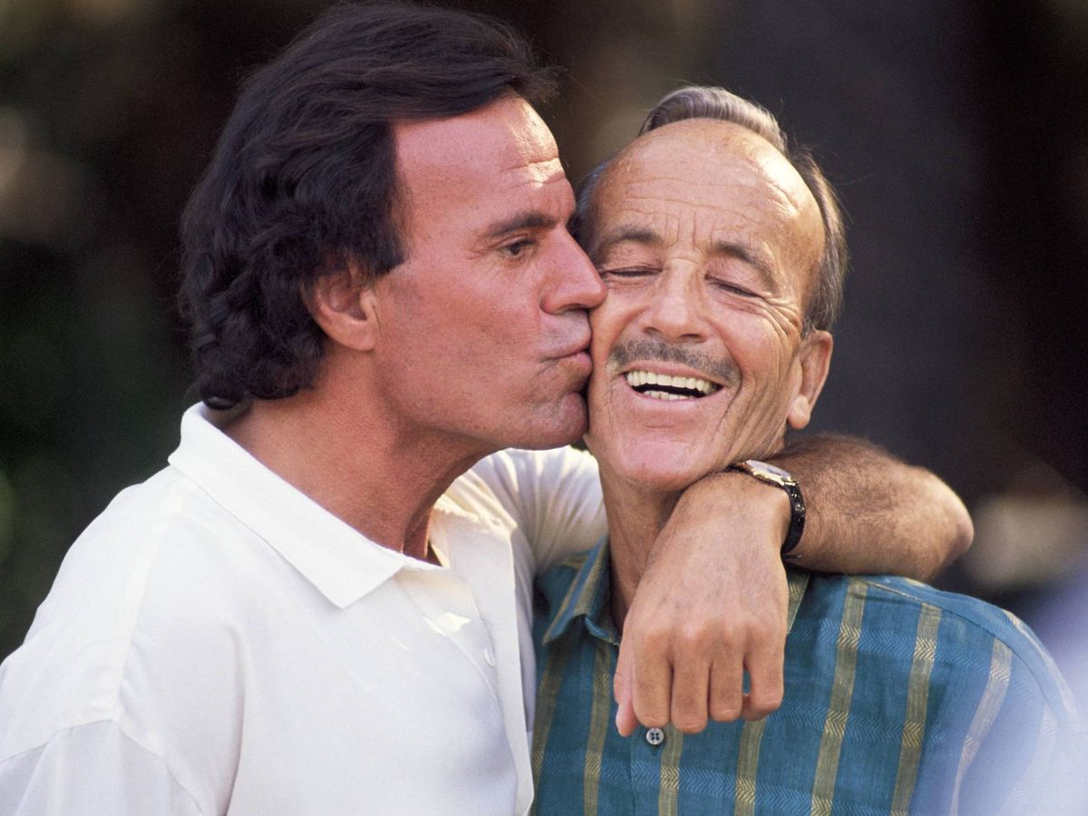 Foto: Julio Iglesias con su padre, el doctor Iglesias Puga. (GEtty)