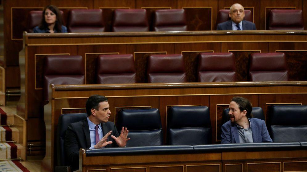 Foto: Pedro Sánchez y Pablo Iglesias conversan en el Congreso. (EFE)