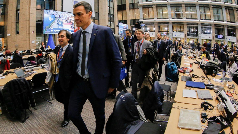 El presidente, Pedro Sánchez, se dirige a la rueda de prensa tras el Consejo Europeo del pasado 14 de diciembre en Bruselas. A su derecha, el secretario general de Asuntos Internacionales, Unión Europea, G20 y Seguridad Global, José Manuel Albares. (EFE)