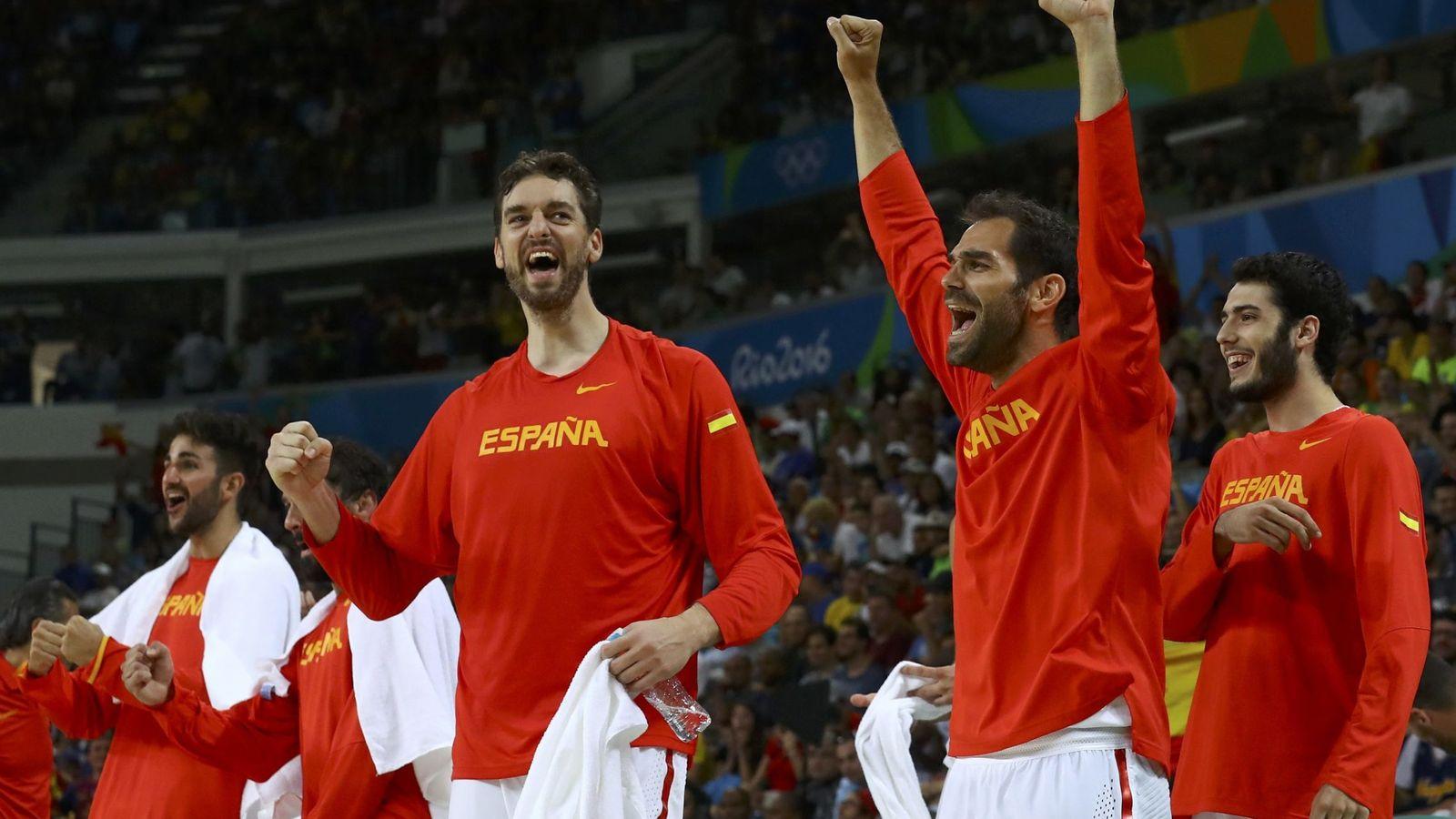 Foto: Los jugadores españoles celebran una canasta en el partido contra Francia (Jim Young/Reuters)