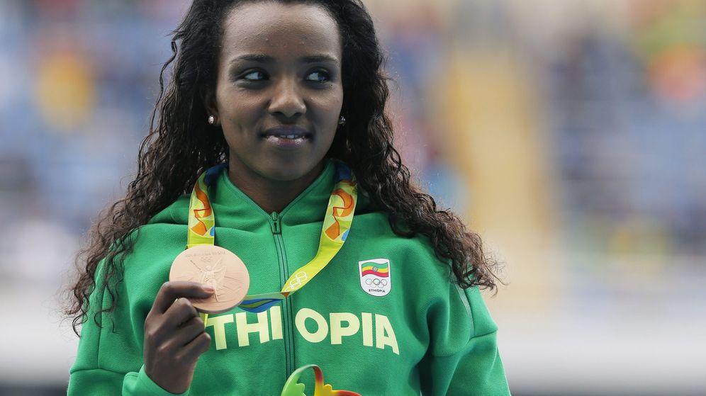 Foto: Tirunesh Dibaba posa con la medalla de bronce ganada en los Juegos de Río en los 10.000 metros (Reuters)