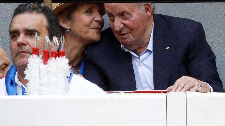 El rey Juan Carlos I y la infanta Elena durante el cuarto festejo taurino de la Feria de la Semana Grande de San Sebastián. (EFE)