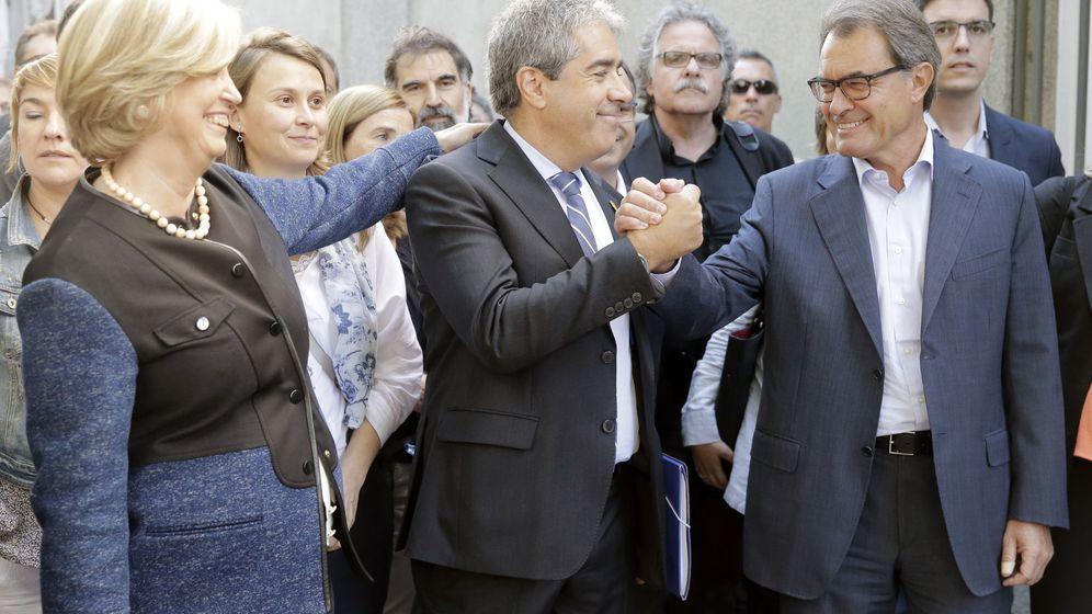 Foto: Francesc Homs, acompañado por el expresidente catalán Artur Mas y la 'exconsellera' de Educación Irene Rigau, a su llegada al Tribunal Supremo el pasado mes de septiembre. (EFE)