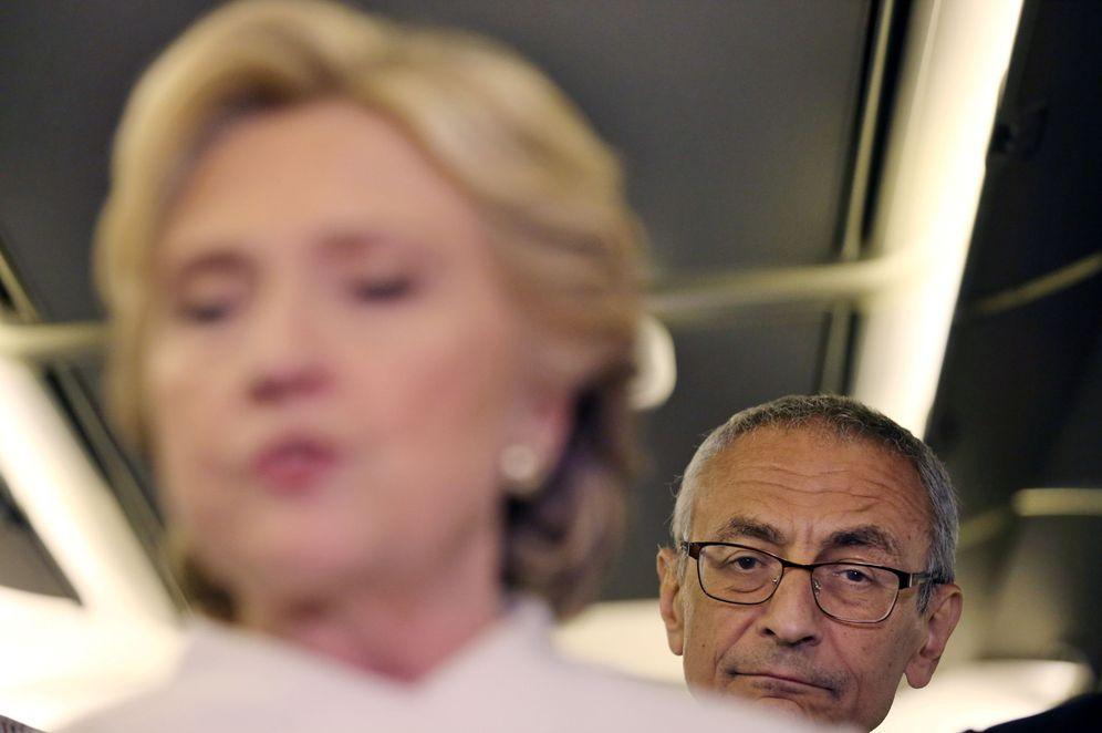 Foto: John Podesta escucha a Hillary Clinton durante una rueda de prensa en Las Vegas, Nevada, (Reuters)