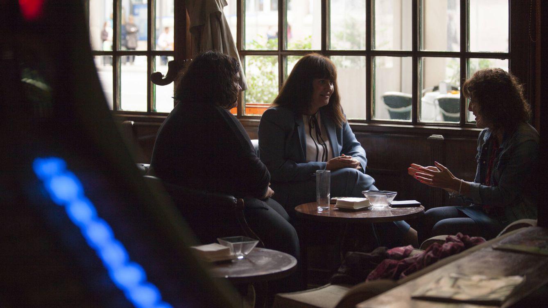 Foto: Las tres detectives charlando en un café de Madrid. (Foto: Enrique Villarino)