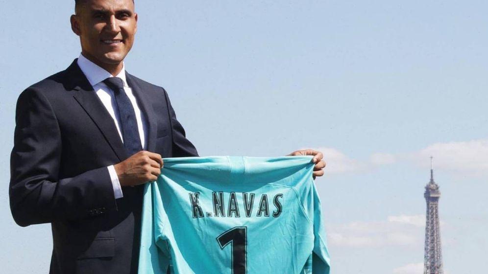 Foto: Keylor Navas posa con la camiseta del Paris Saint-Germain. (Foto vía PSG)