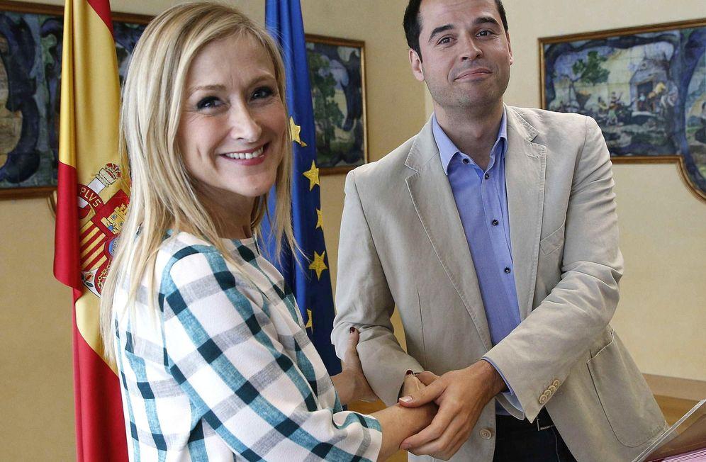Foto: La presidenta de la Comunidad de Madrid, Cristina Cifuentes, y el portavoz de Ciudadanos en la Asamblea, Ignacio Aguado. (Efe)