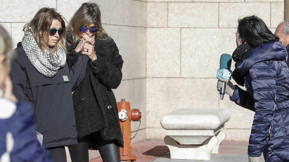 Foto: Arancha de Benito y su hija Zaira en la capilla ardiente de Diana Quer. (Gtres)