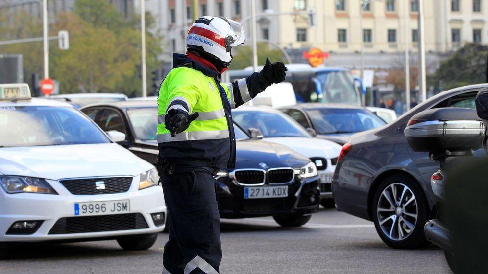 Foto: Un policía controla el tráfico en Madrid Central. (EFE)
