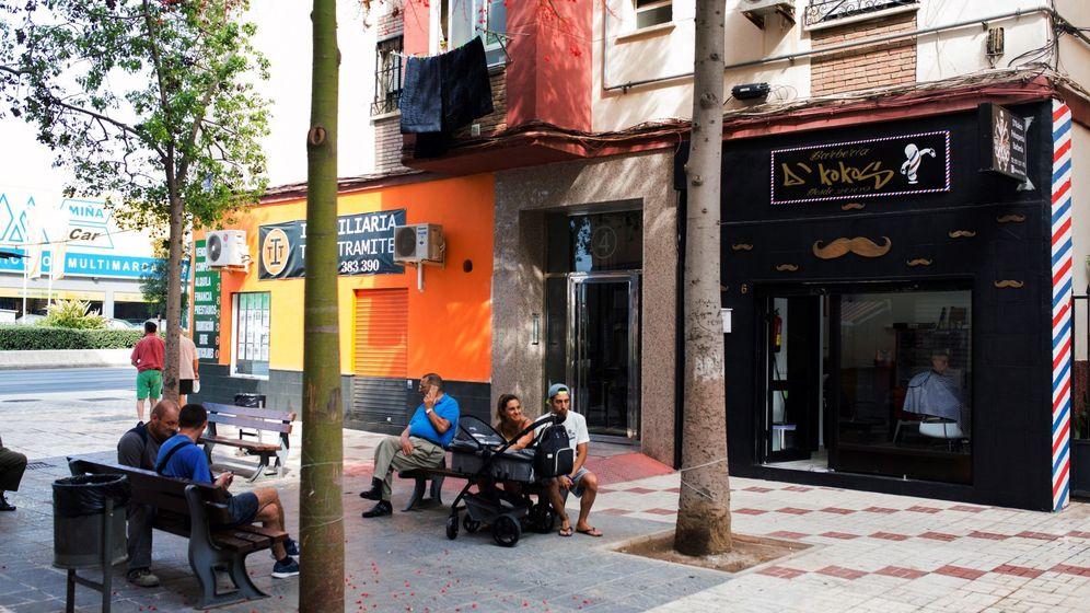 Foto: Vista del portal del edificio en el que una mujer ha sido detenida por la Policía Nacional en Málaga por, presuntamente, haber matado a golpes a su padre septuagenario. (Efe)