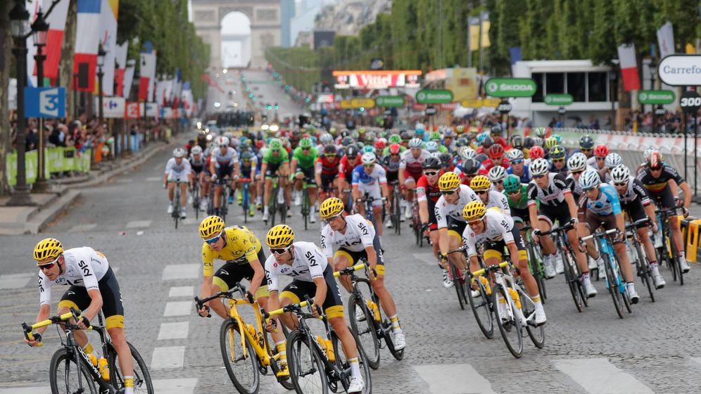Foto: Los ciclistas ruedan en pelotón durante la última etapa del Tour de Francia 2017. (REUTERS)
