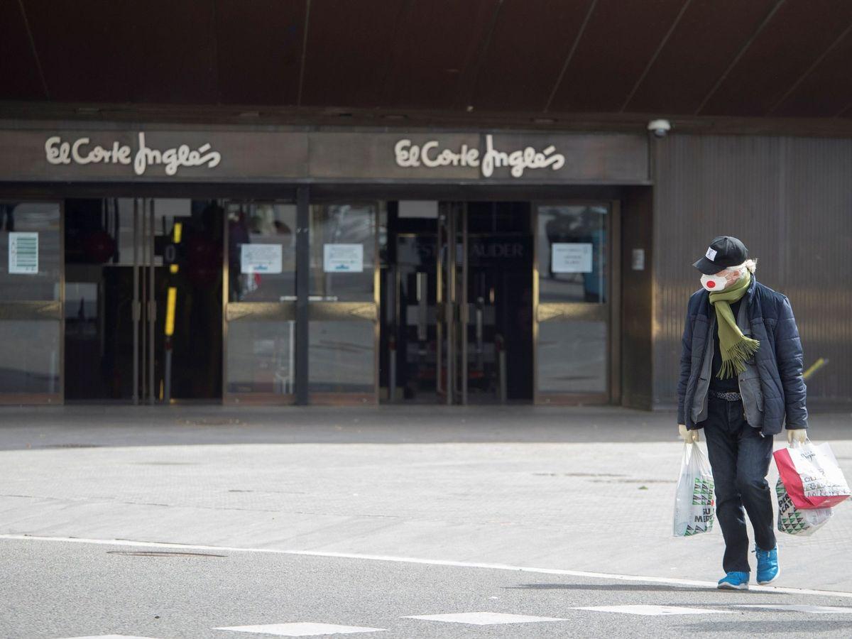 Foto: Un cliente sale del supermercado de El Corte Inglés de la plaza Cataluña de Barcelona. (EFE)
