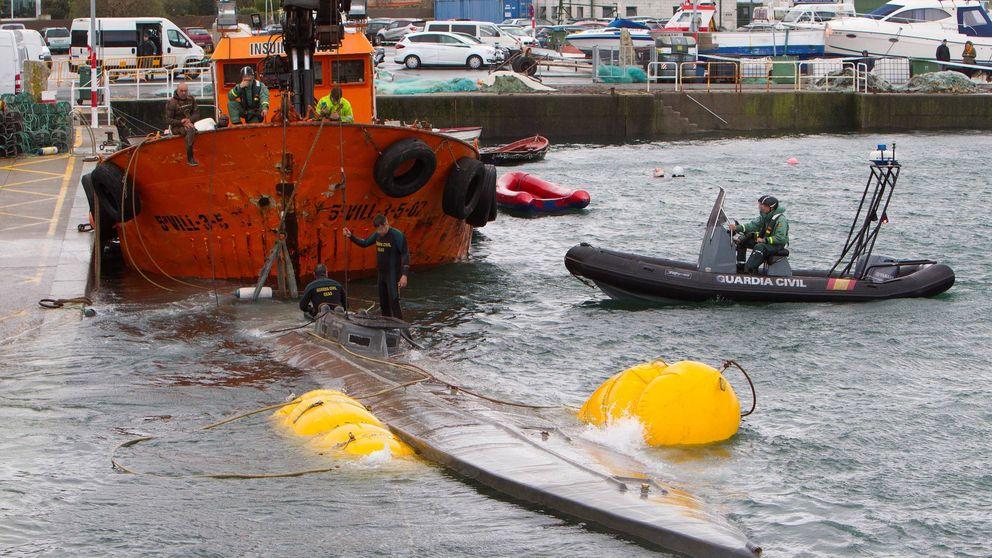 El narcosubmarino se hunde tras ser remolcado al puerto de Aldán