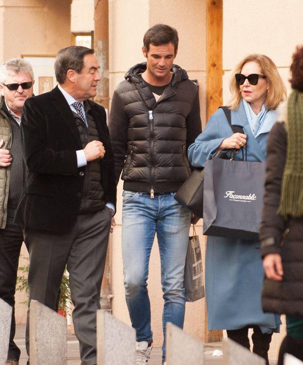 Foto: José Bono y Ana Rodríguez junto a su hijo. (VA)