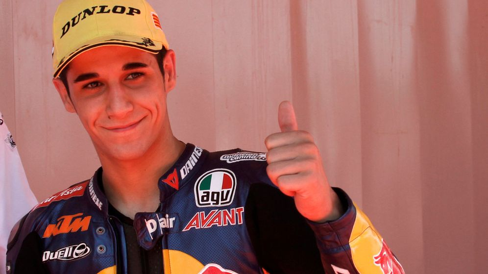 Foto: Ktm moto3 rider salom shows the thumb up to photographers after taking pole position during the qualifying of the catalunya grand prix in montmelo circuit near barcelona