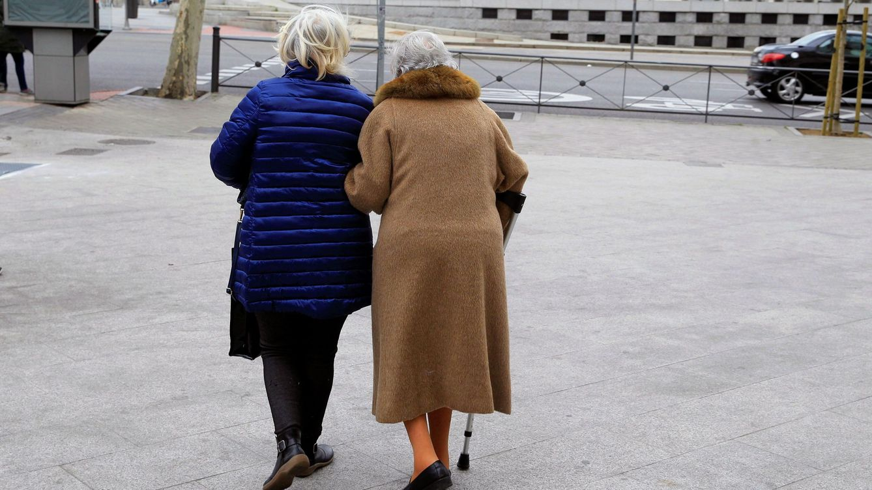 Foto: Dos ancianas caminan por la calle