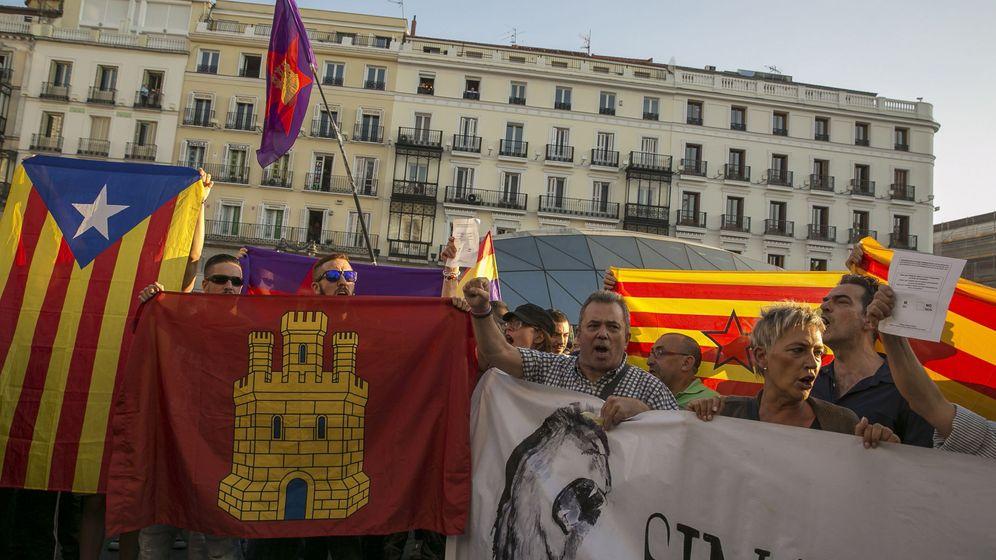 Foto: Un momento de la concentración convocada por partidos y plataformas como la coordinadora 25S esta tarde en la Puerta del Sol de Madrid. (EFE)