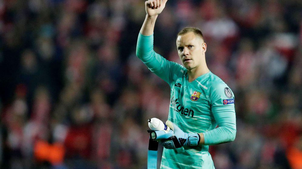 Foto: Ter Stegen saluda a la afición del Barça desplazada a Praga. (Reuters)