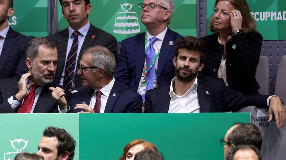 Foto: Gerard Piqué, junto al ministro de Cultura, José Guirao, y Felipe VI. (EFE)