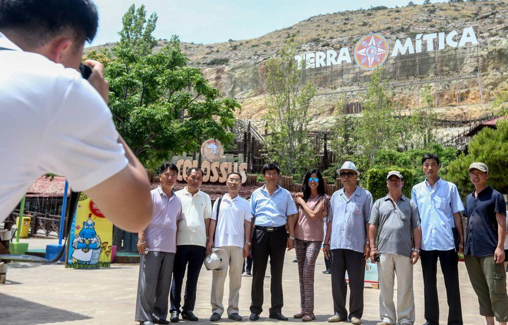 Foto: La delegación de Corea del Norte visitando Terra Mítica, Benidorm. (David Revenga)