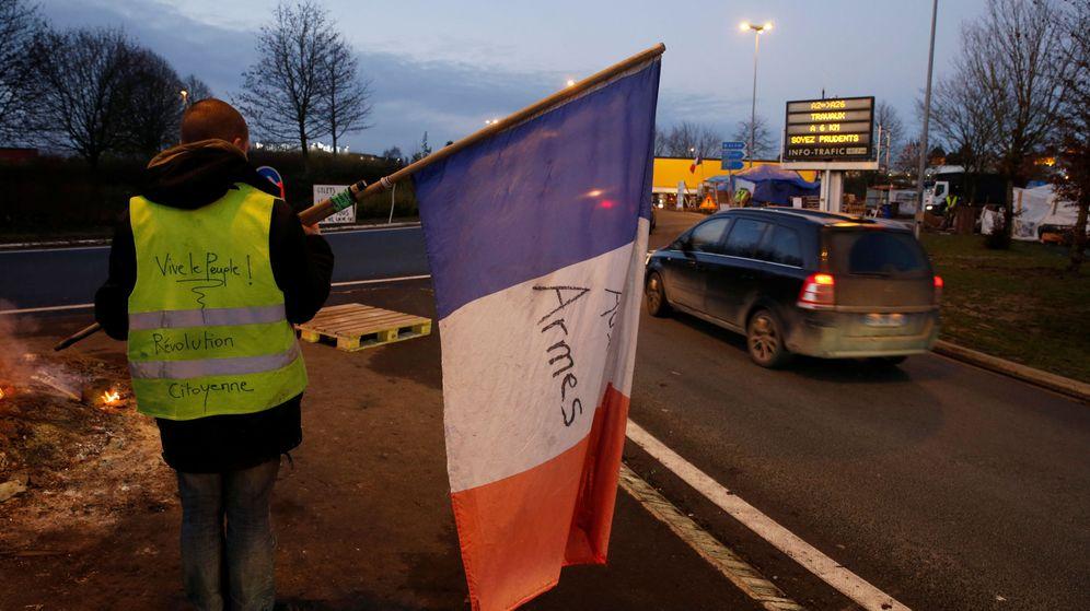 Foto: Un 'chaleco amarillo' protesta con la bandera francesa en la autopista París-Bruselas, en Fontaine-Notre-Dame, el 4 de diciembre de 2018. (Reuters)