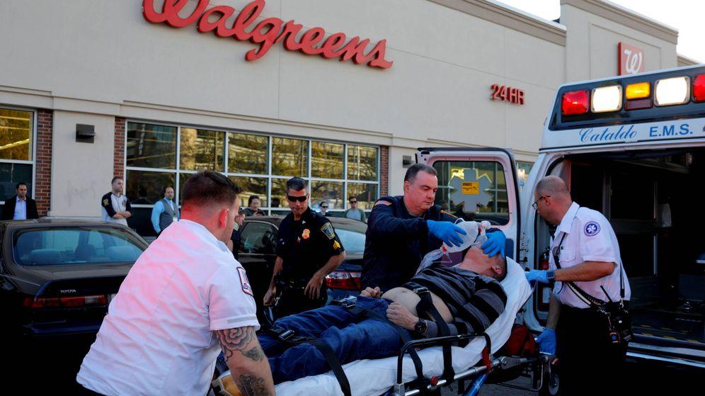 Foto: Enfermeros de Boston asisten a un hombre con sobredosis de opiáceos en un parking en el suburbio de Malden, en octubre de 2017. (Reuters)