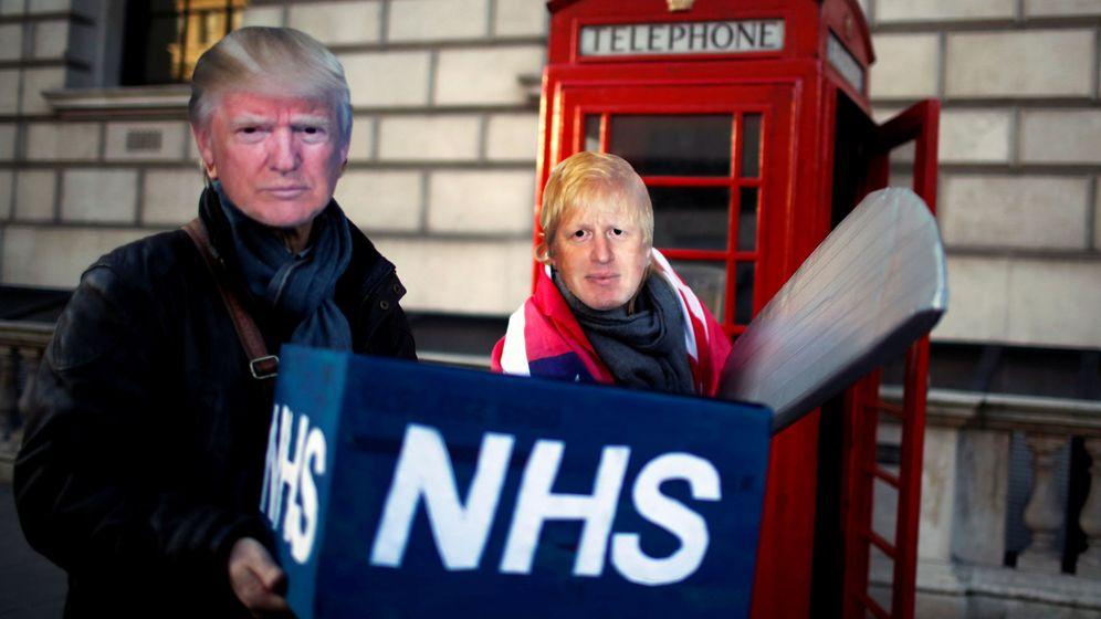Foto: Dos manifestantes contra la supuesta privatización del NHS, con caretas de Donald Trump y Boris Johnson. (Reuters)