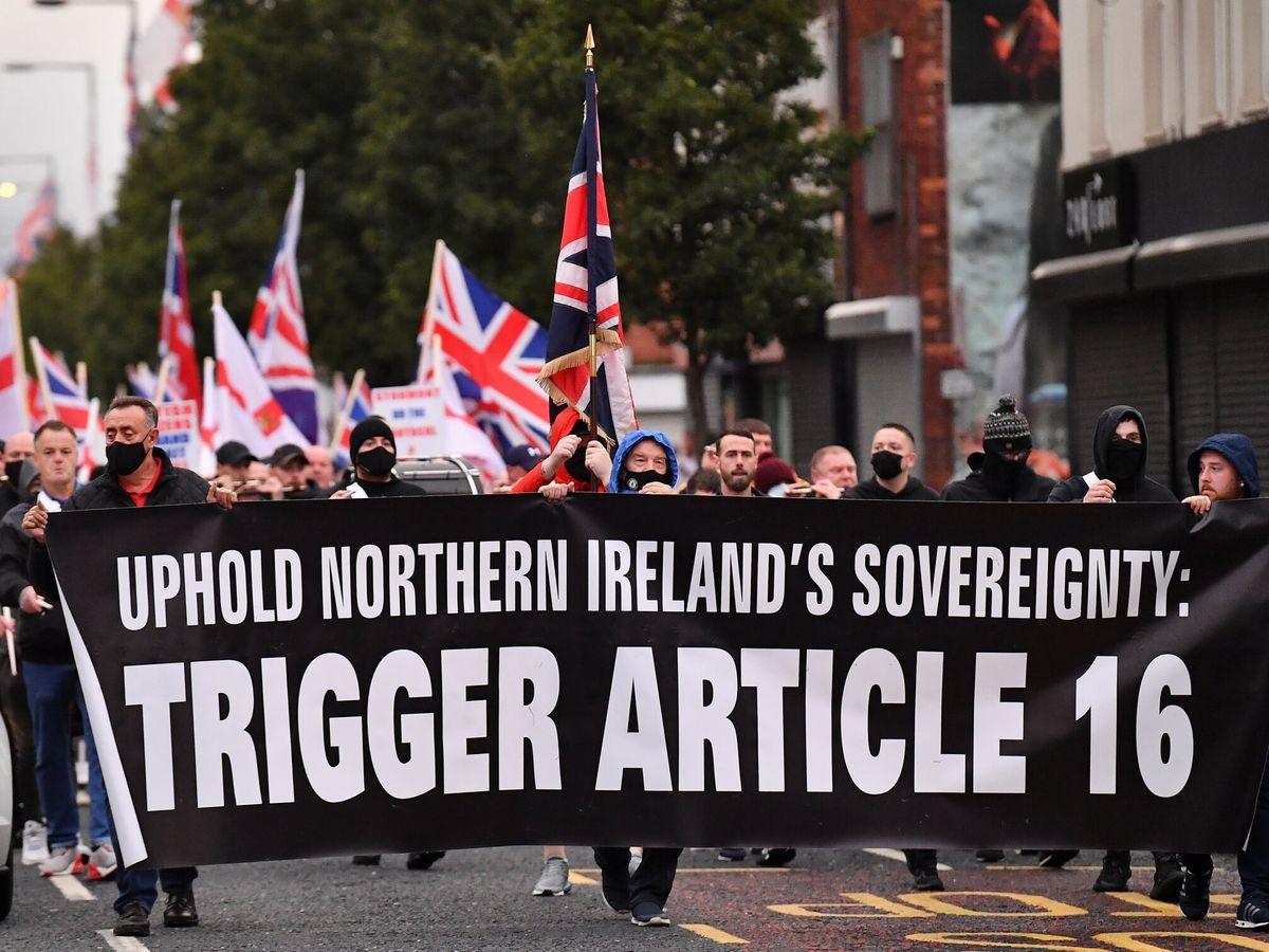 Foto: Manifestantes contra el Protocolo de Irlanda marchan en Belfast, Irlanda del Norte. (Reuters)