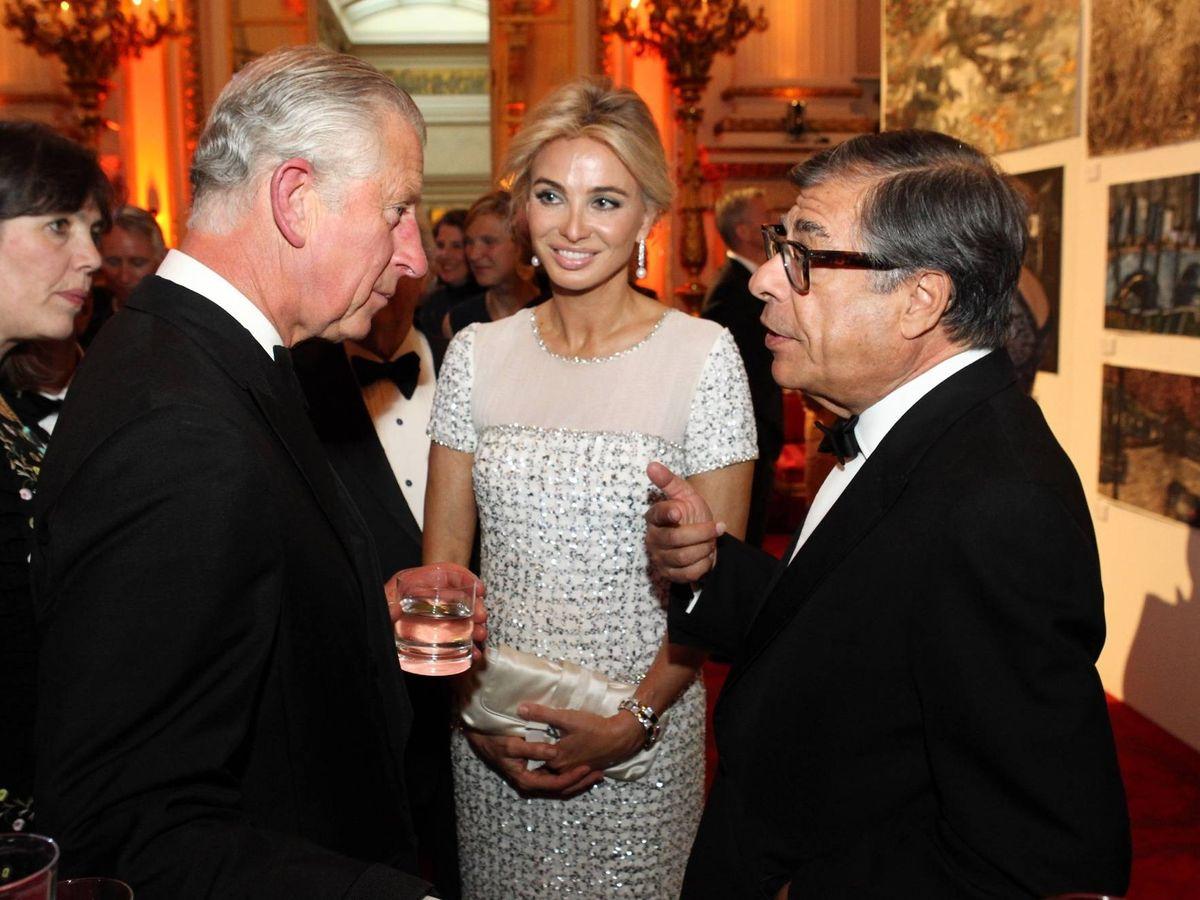 Foto: El príncipe Carlos conversa con Bob Colacello en presencia de Corinna. (Getty)